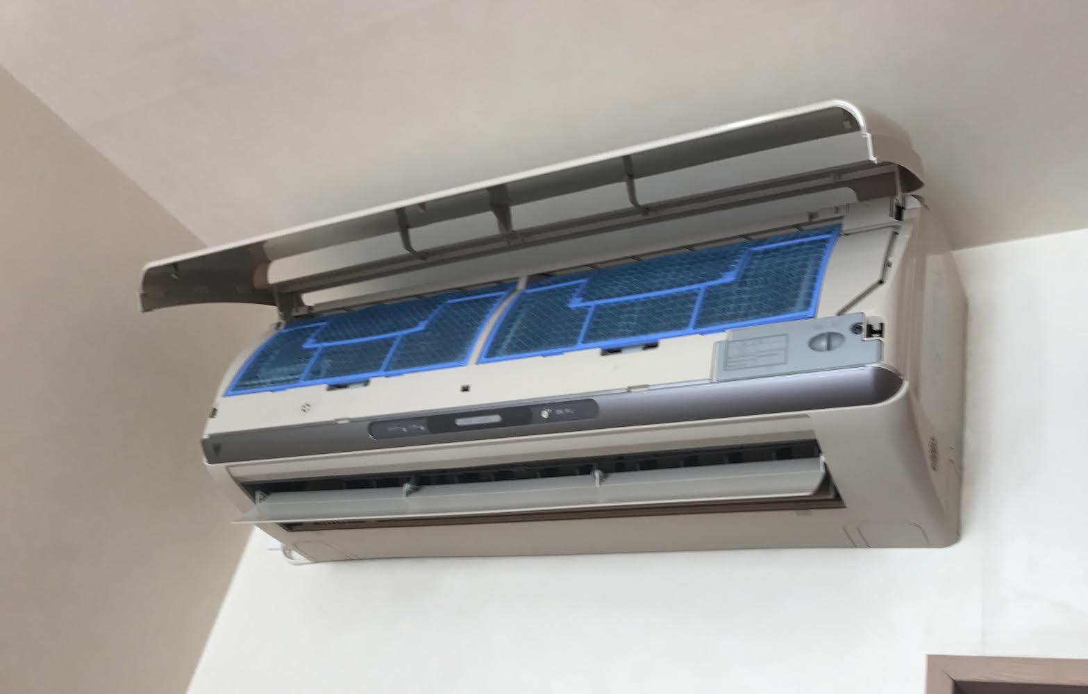 【一般タイプエアコン】前面パネルを開けるとフィルターがすぐ取れる。お掃除機能付きの場合は前面パネルを開けるとお掃除ユニットがありフィルターは奥に隠れています。